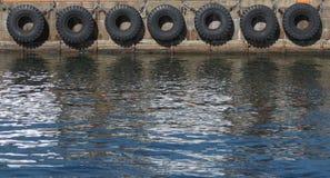 Reifenbootsstoßdämpfer Stockfotos