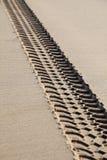 Reifenspuren auf dem Strand Stockbild