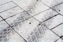 Reifenspuren auf grauer Fliese Hintergrund Lizenzfreies Stockfoto