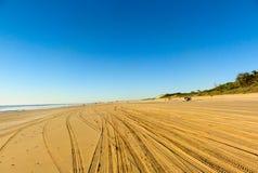 Reifenspuren im Sand Stockfotos