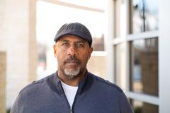 Reifer Afroamerikanermann im tiefen Gedanken lizenzfreie stockfotografie