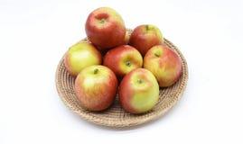 Reifer Apfel auf dem Handwerkskorb lizenzfreies stockfoto