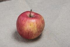 Reifer Apfel auf Sackleinen Stockfotos