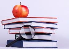 Reifer Apfel auf Stapel Büchern lizenzfreie stockfotos