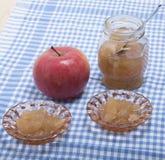 Reifer Apfel und Apfelmarmelade Lizenzfreie Stockfotografie
