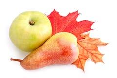 Reifer Apfel und Birne mit Herbstblättern stockfoto
