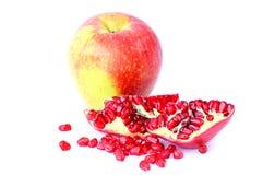Reifer Apfel und Granatapfel Stockfoto