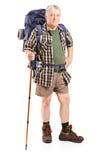 Reifer Bergsteiger, der einen Wanderstock hält Stockfotos