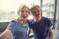 Reifer Ehemann und Frau, die Grimasse an der Kamera zeigt Lizenzfreies Stockfoto