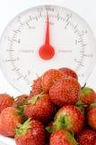 Reifer Erdbeere mit Gewicht-Skalen Lizenzfreie Stockfotos