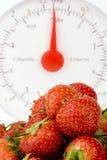 Reifer Erdbeere mit Gewicht-Skalen Stockfoto
