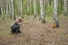 Reifer Fotograf, der ein Foto im Freien macht Stockbild