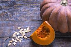 Reifer frischer Kürbis mit Samen auf einem hölzernen Hintergrund Natürliches vegetarisches Lebensmittel für gesunde Ernährung stockbilder