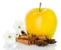 Reifer gelber Apfel mit Zimtstangen, Anis Stockfoto