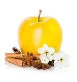 Reifer gelber Apfel mit Zimtstangen, Anisstern und Apfel blüht Stockbilder