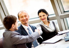 Reifer Geschäftsmann, der Hände rüttelt Lizenzfreies Stockfoto