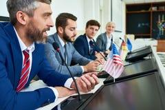 Reifer Geschäftsmann in der politischen Pressekonferenz stockfotografie