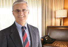 Reifer Geschäftsmann im Hotelzimmer Stockfotos