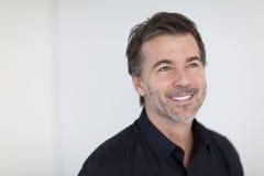 Reifer Geschäftsmann Smiling und weg schauen Lokalisiert auf Weiß Stockfoto