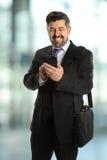 Reifer Geschäftsmann unter Verwendung des Mobiltelefons Stockbild