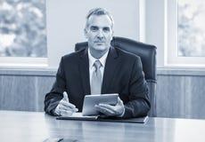 Reifer Geschäftsmann unter Verwendung des Tablet-Computers Lizenzfreie Stockfotos