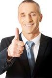Reifer Geschäftsmann, der okayzeichen gestikuliert Stockfoto