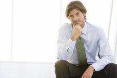Reifer Geschäftsmann Lost In Thoughts Stockfotos