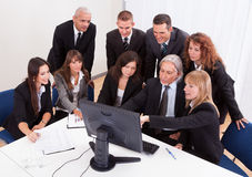 Reifer Geschäftsmann With Team Discussing Lizenzfreie Stockfotografie