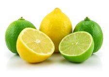 Reifer geschnittener Kalk und Zitrone getrennt auf Weiß Stockfotografie