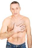 Reifer hemdloser Mann mit Schmerz in der Brust Stockfotografie