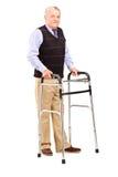 Reifer Herr, der einen Wanderer verwendet Stockbilder