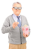 Reifer Herr, der Popcorn isst Stockfotos