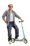 Reifer Hippie, der mit einem Roller aufwirft Stockbilder