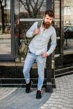 Reifer Hippie mit Bart Bärtiger Mann, der auf Straße geht moderne männliche Mode Bereiten Sie f?r Abenteuer vor Grober Kaukasier lizenzfreies stockfoto