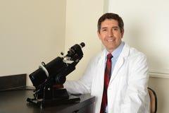 Reifer hispanischer Augenarzt Stockbild