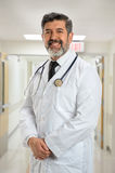Reifer hispanischer Doktor Smiling Stockfotos