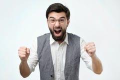 Reifer hispanischer Mann ist mit seinem Gewinn glücklich Er hält seine Fäuste und Ruf wow stockbild