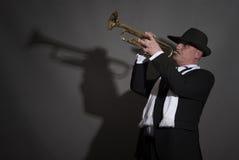 Reifer Jazzmann, der eine Trompete spielt Lizenzfreie Stockfotografie