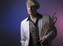 Reifer Jazzmann mit einer Trompete lizenzfreie stockfotografie