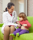 Doktor, der 2 Jahre Baby mit phonendoscope überprüft Lizenzfreie Stockfotos