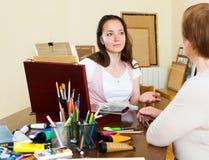 Reifer Lehrer gibt Rateschüler Lizenzfreies Stockbild