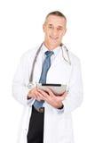 Reifer männlicher Doktor, der eine Tablette verwendet Lizenzfreies Stockbild