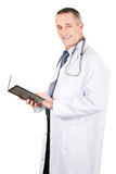 Reifer männlicher Doktor, der Notizbuch hält Stockbild