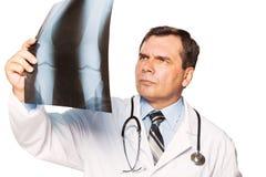 Reifer männlicher Doktorradiologe, der des Patienten studiert Lizenzfreie Stockfotografie