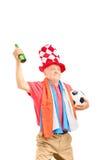 Reifer männlicher Sportfreund, wenn die Flagge von Holland, einen Ball hält Stockbilder