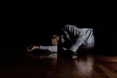 Reifer Mann, der auf Boden schläft, nachdem zu viel mit dunklem b getrunken worden ist Lizenzfreie Stockbilder