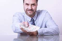 Reifer Mann, der aufgelockerte Euroanmerkungen anbietet lizenzfreie stockbilder