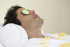 Reifer Mann, der am Badekurort sich entspannt Lizenzfreies Stockbild