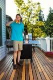 Reifer Mann, der draußen ein kaltes Bier am schönen Tag genießt Stockfotografie