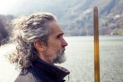 Reifer Mann, der draußen Tai Chi-Disziplin übt stockfotografie